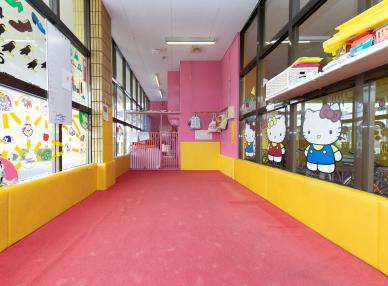 小さな子供がいます。教習中に子供を預かってもらえる託児室はありますか?