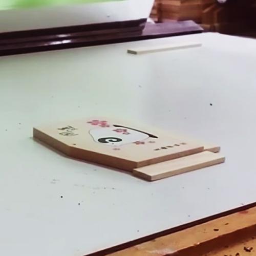 シルク印刷で職人が丁寧に1枚ずつ仕上げております。 1色ずつ重ねていきますので完成の絵柄がはっきりと綺麗に仕上がります。