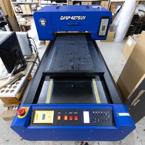 写真やアニメのイラストなど複雑な配色の場合はフルカラー印刷機を使用します。