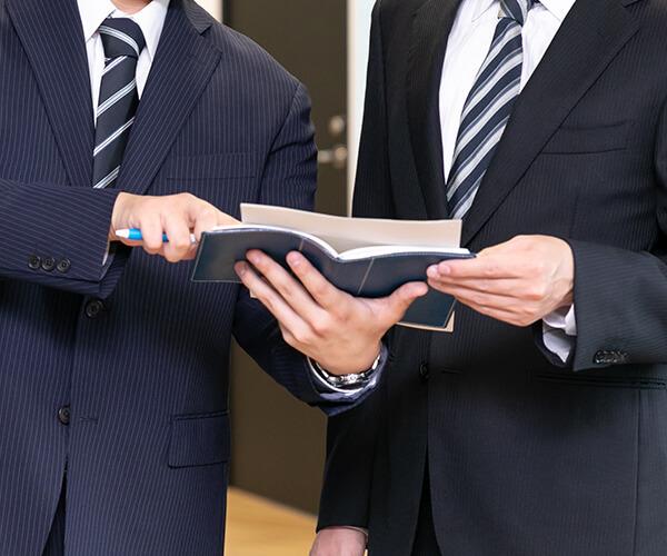 「FLAP」という社名は「はばたく・飛び立つ」という意味を込め命名しました。経営者様やクライアント様、さらに私たちFLAP自身もお互いを高めあい、弊社に関わる全ての人が「FLAPと共に羽ばたいていける企業」と呼ばれる企業を目指しています。飛び立つための予想や計画が立てられない経営者様もたくさんおられると思います。不安を抱えたままでは、羽ばたくこともできません。そんな経営者様の不安を解消し、未来へはばたく為の「翼」にならせて下さい。