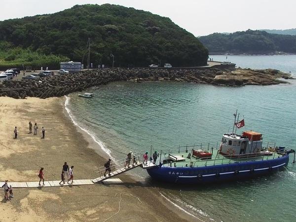 珍しい砂浜から乗降するタイプのグラスボートです。満潮時と干潮時とではお船までの距離が変わります。