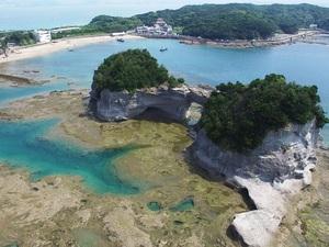 突堤から円月島までは歩いて渡れそうだけど濡れずには渡れません!なお現在円月島は許可なく立ち位置禁止です!!