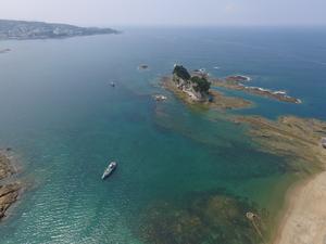 上空から円月島とグラスボート