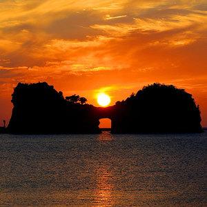 夕日と円月島 真ん中の穴に夕日が入る時期は春分と秋分の前後一カ月ほどといわれております。