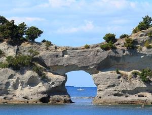 グラスボートで白浜のシンボル・円月島の真ん前まで行きます。穴の向こうには何がみえるかな?