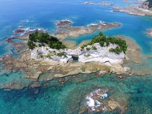 円月島の周辺には地磯が広がっており、釣師たちも多く訪れます<+ ))><<