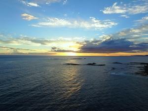 海に沈みゆく夕陽