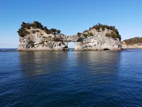 グラスボートから見る円月島 穴の中心には沖の四双島にある灯台が一瞬インします!