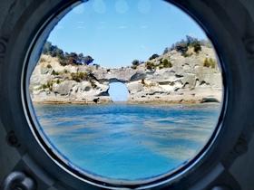 グラスボートの丸窓から円月島もごらんください ♪