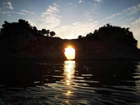 日の入り時刻の早い数日間は、最終便からもぎりっぎり夕日が穴に入るのがご覧いただけます!(ほんとにぎりぎりですのでゆっくりご覧いただきたい方は丘からご覧ください)